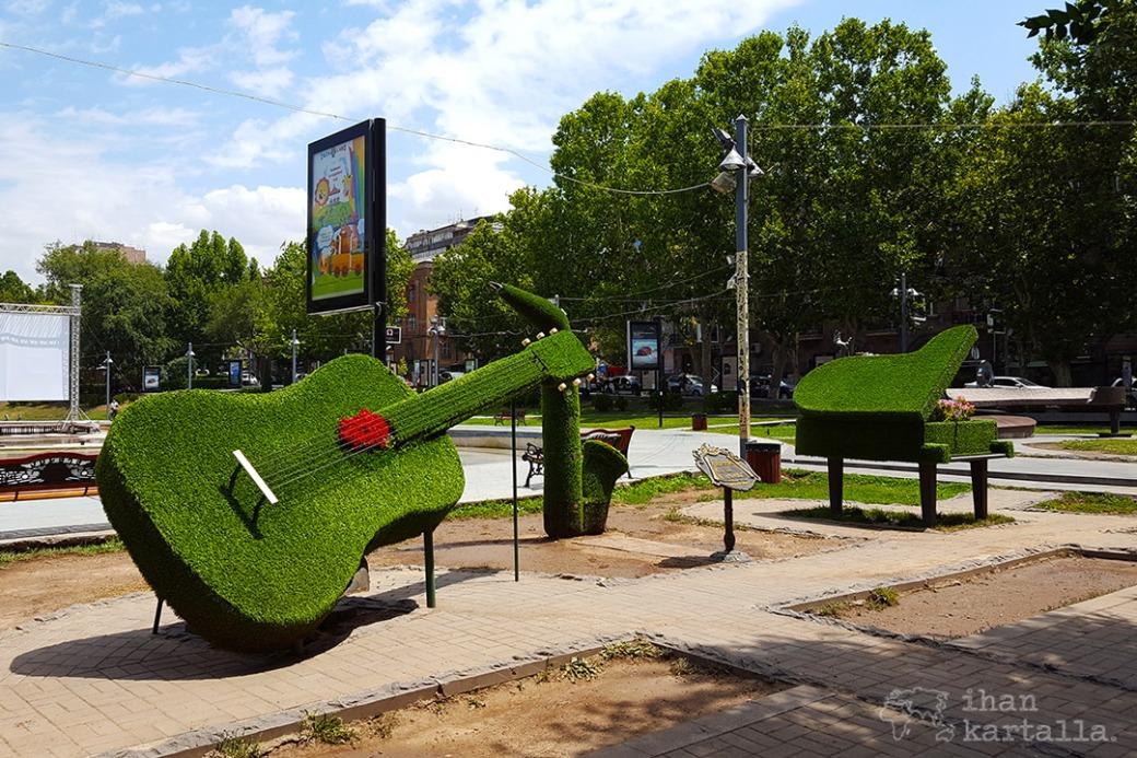 jerevan-oopperatalon-puisto