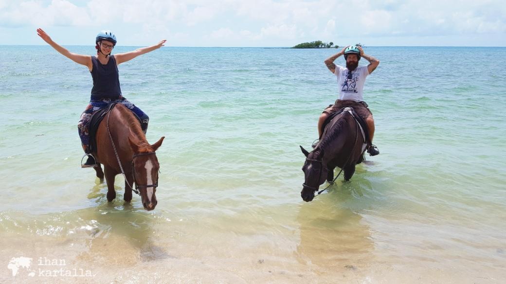 3-9-bahama-ratsastaa-meressa